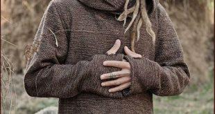 Brauner Pullover mit Kapuze