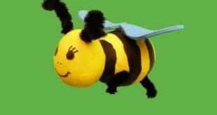 Mit Farbe, Wattekugeln und Heißklebepistole kannst du eine Biene basteln.